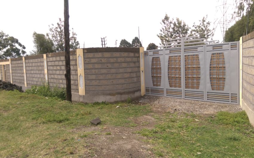 quater plot for sale with perimeter wall in Mwariki.